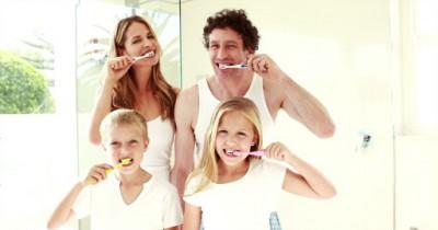 familia cepillar dientes niños familia higiene bucal caries